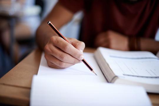 парень проходит тест на уровень английского языка с карандашом
