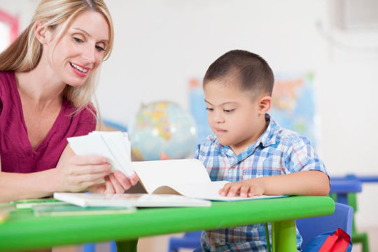 Мама занимается английским с ребёнком