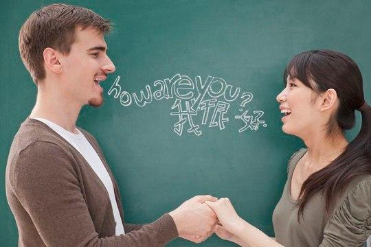 друзья практикуют разговорный английский для общения