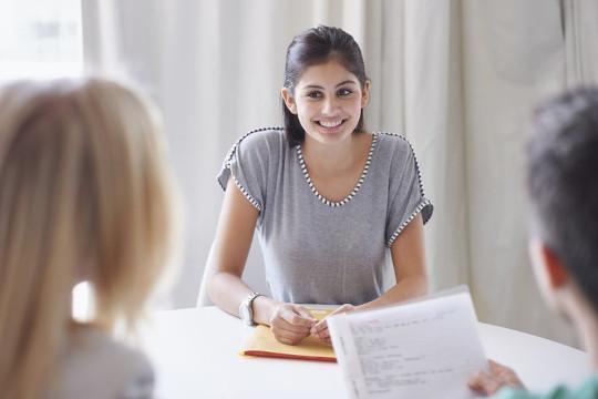 Девушка знает английский язык на среднем уровне Intermediate B1