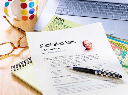 Curriculum Vitae - резюме на английском лежит на столе