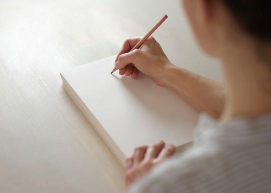 Девушка пишет автобиографию с нуля