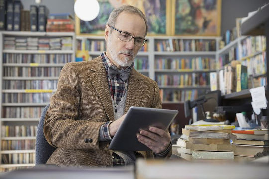 Мужчина пишет свою автобиографию на английском