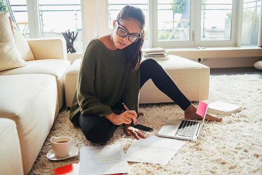 Девушка собирает информацию к английскому собеседованию