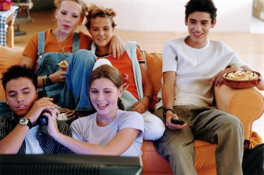 подростки смотрят фильм на английском языке