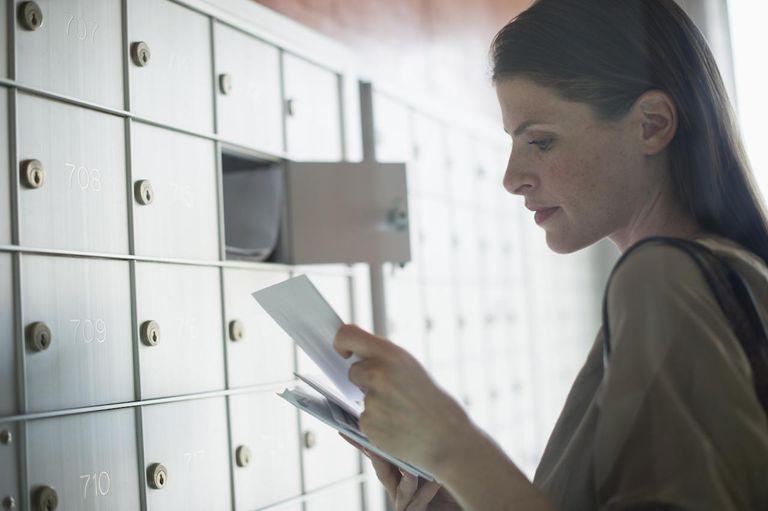Девушка получает письмо с указанием английского адреса