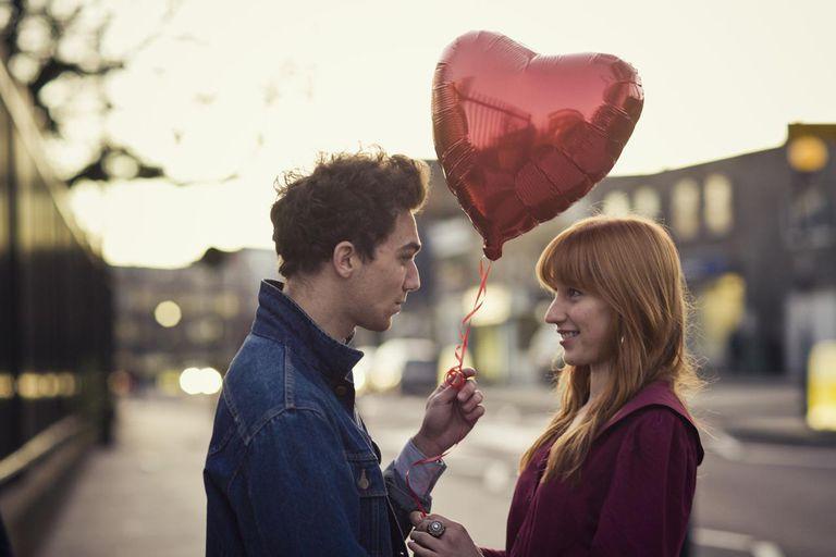 Парень дарит подарки девушке на День святого Валентина