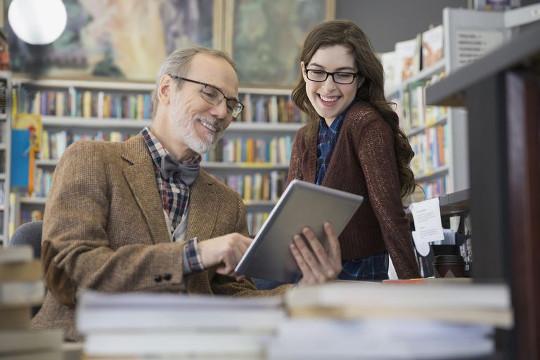 Девушка с учителем проверяет свою подготовку к экзаменам