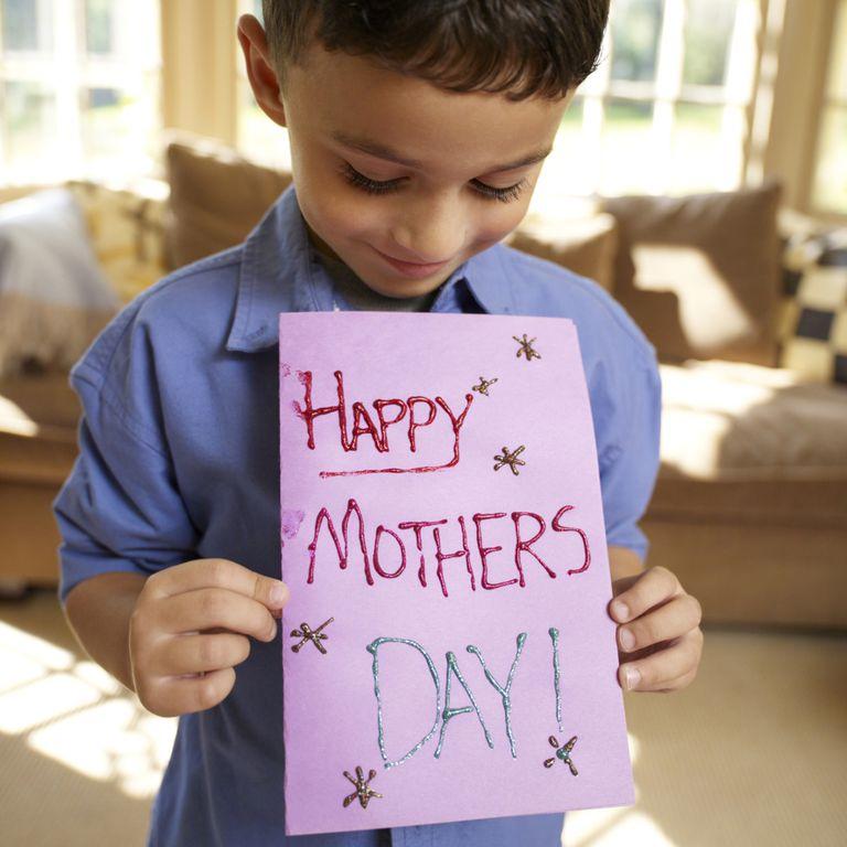 Мальчик сделал открытку на День Матери