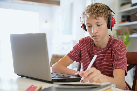 Мальчику нужно изучать английский для програмирования