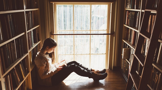 Девочка читает английские книги