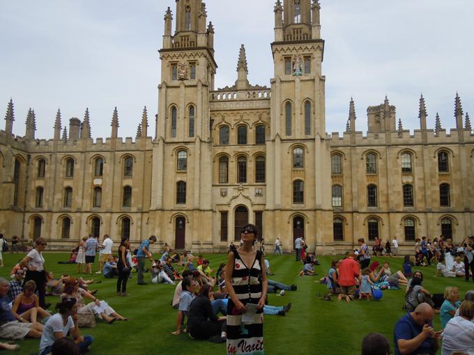 Студенты отдыхают между парами в английском университете Кембридж