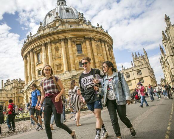 Луди в кампусе английского университета Оксфорд